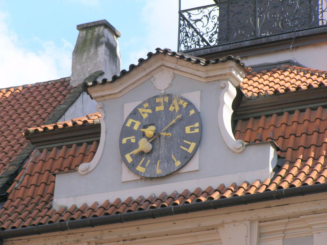 """Vysoká synagoga v Praze, hodiny jdou v """"protisměru"""""""