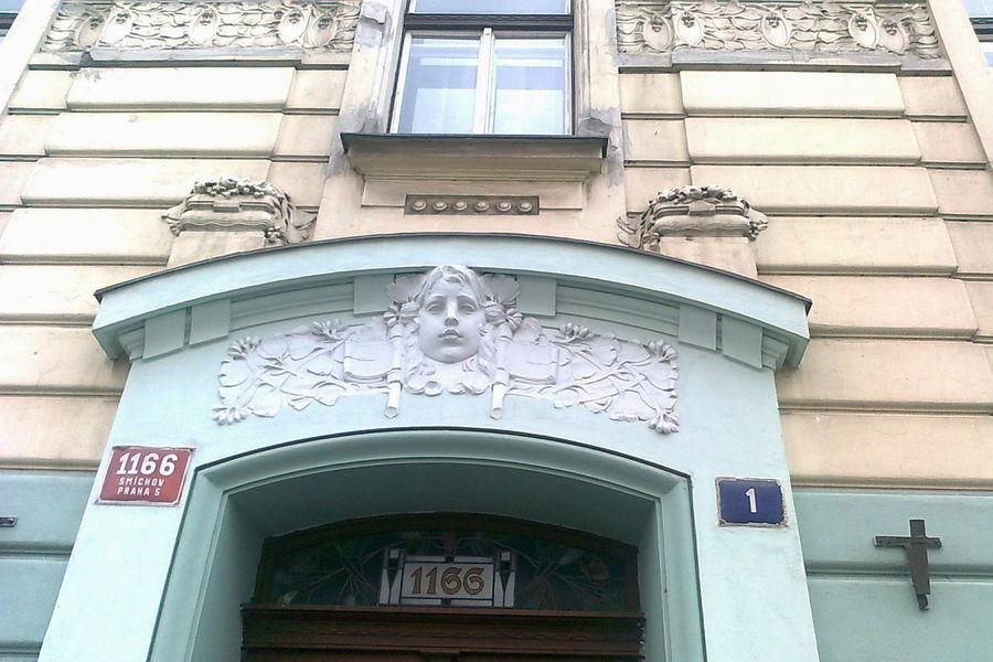 Secesní průčelí nad domovními dveřmi