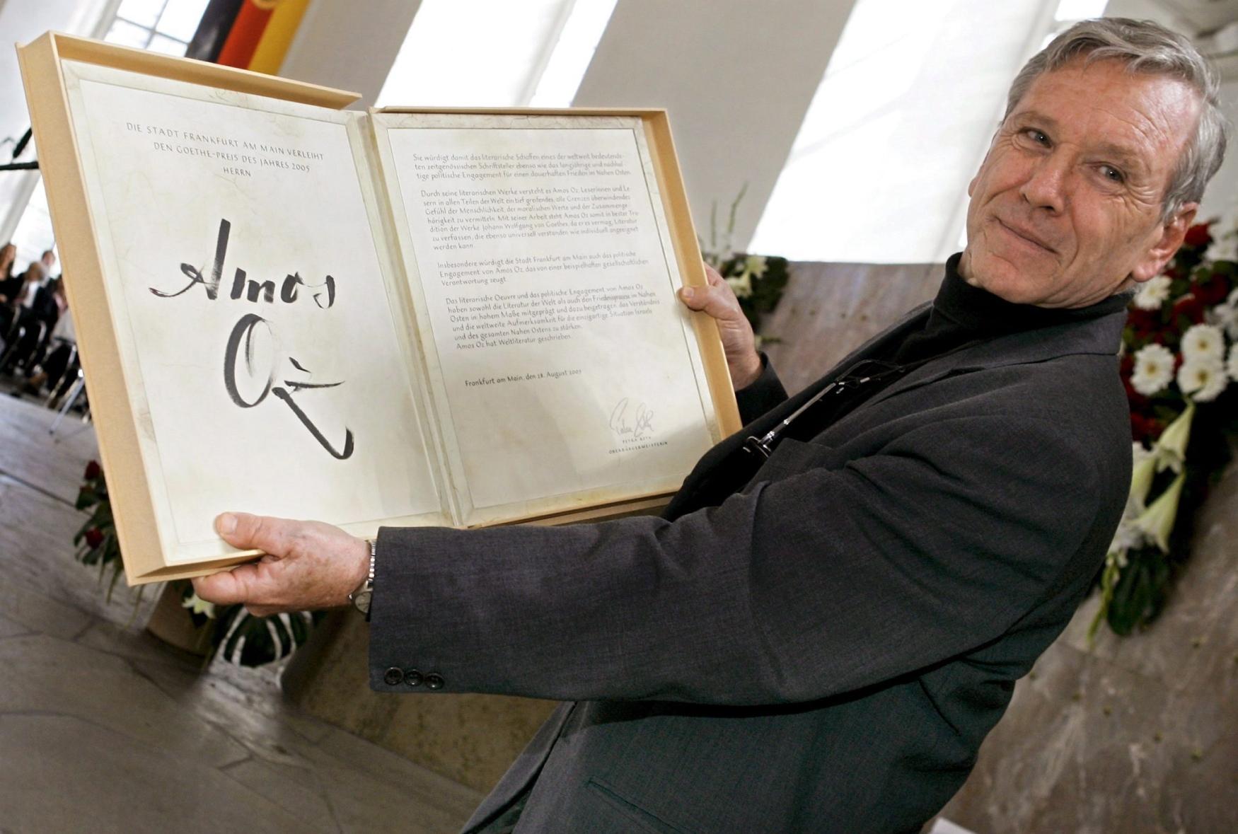 Izraelský spisovatel Amos Oz dostal 28. srpna ve Frankfurtu nad Mohanem Goethovu cenu za tematickou šíři a stylistickou vytříbenost, které jej řadí mezi nejvýznamnější autory současnosti.