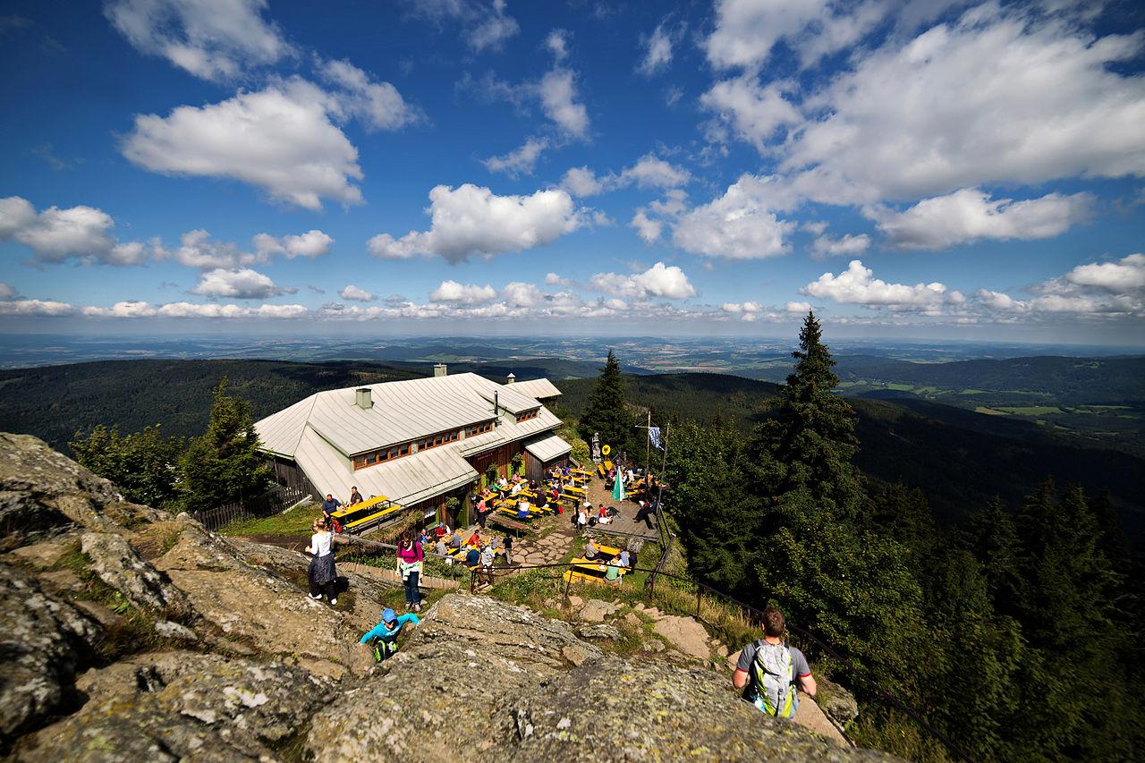Horská chata Bavorského turistického spolku těsně pod vrcholem Ostrého. Hranice prochází zadním traktem chaty a částí terasy