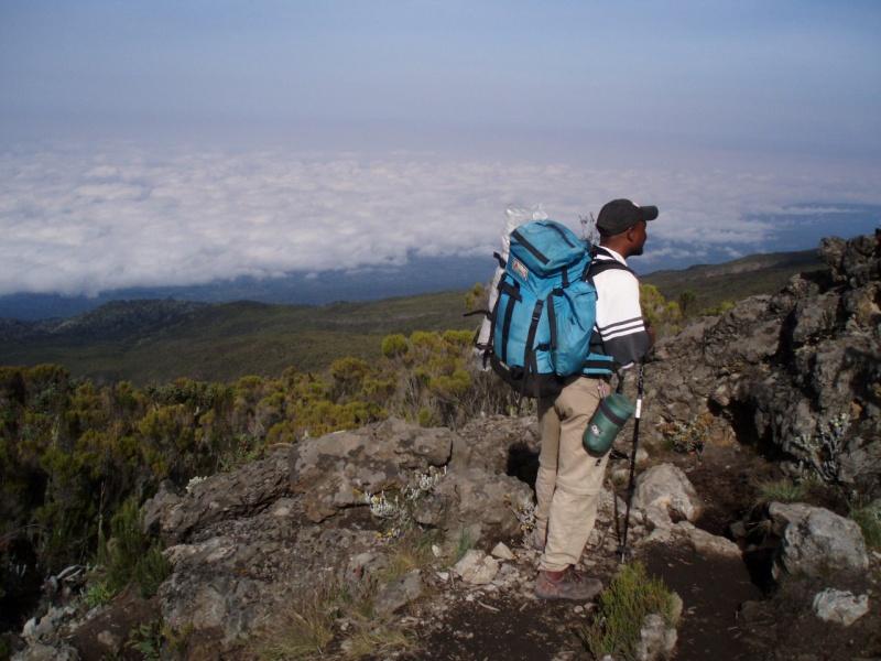 Pro výlet na Kilimandžáro si musíte najmout nosiče