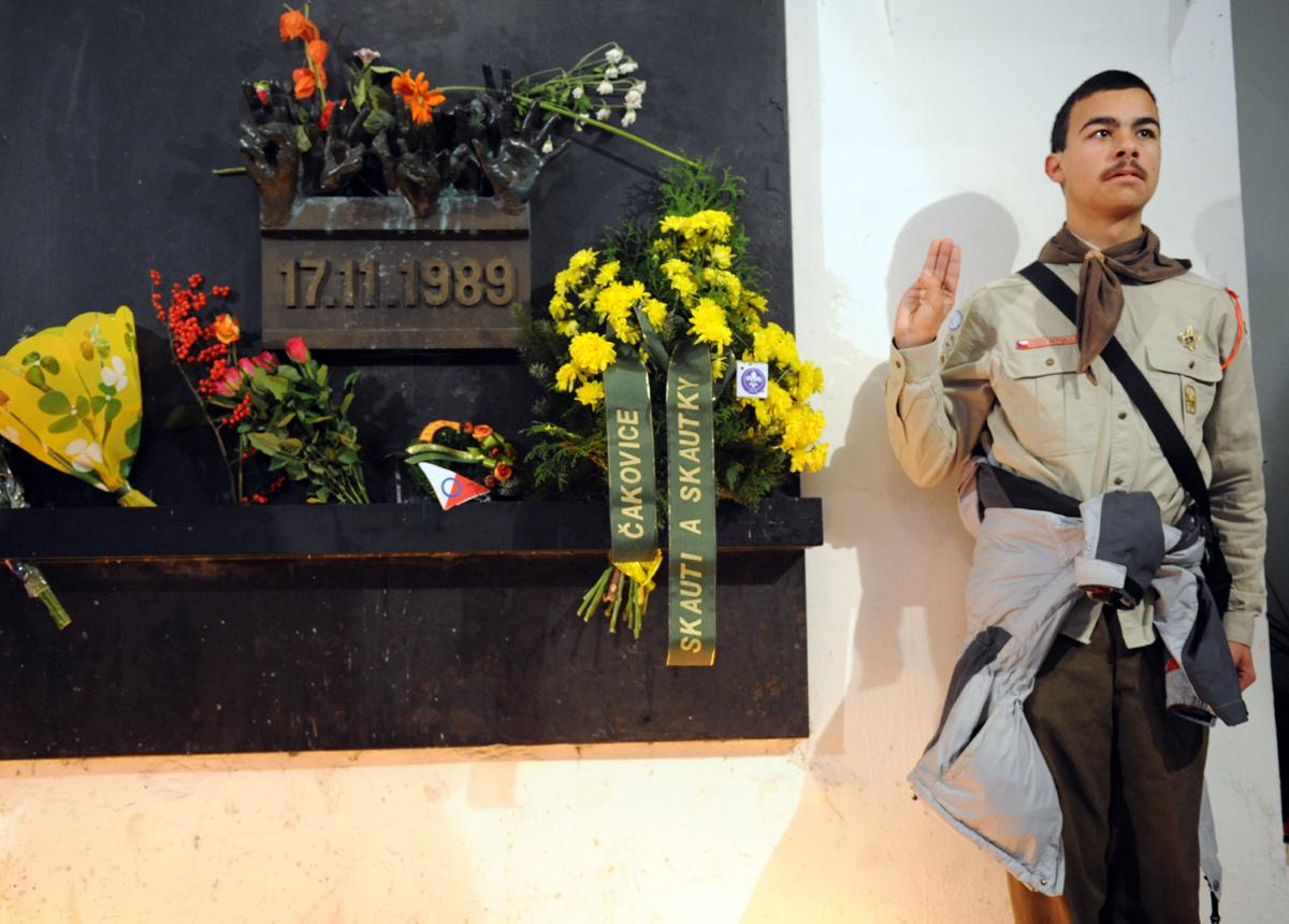 Pietní vzpomínka na 17. listopad 1989, podchod na Národní třídě