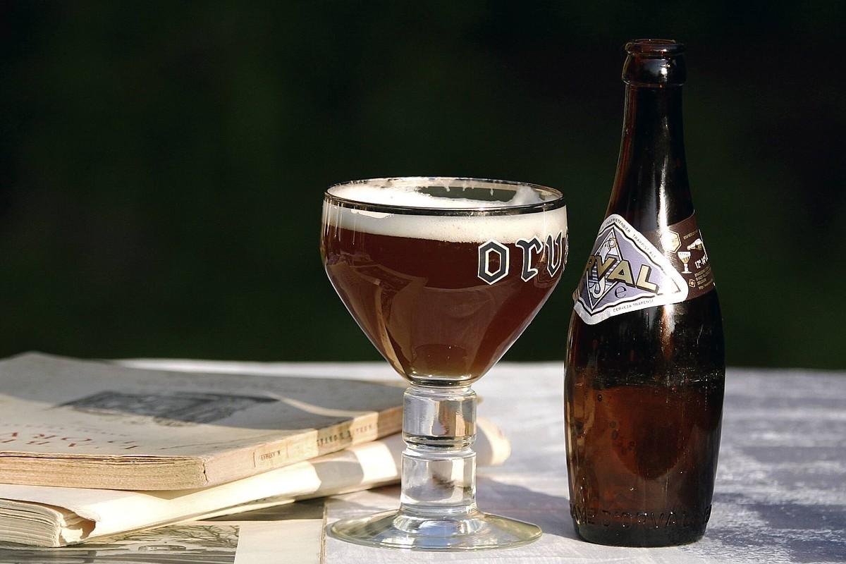 Orvalské pivo nejvíc chutná ze speciální baňaté sklenky