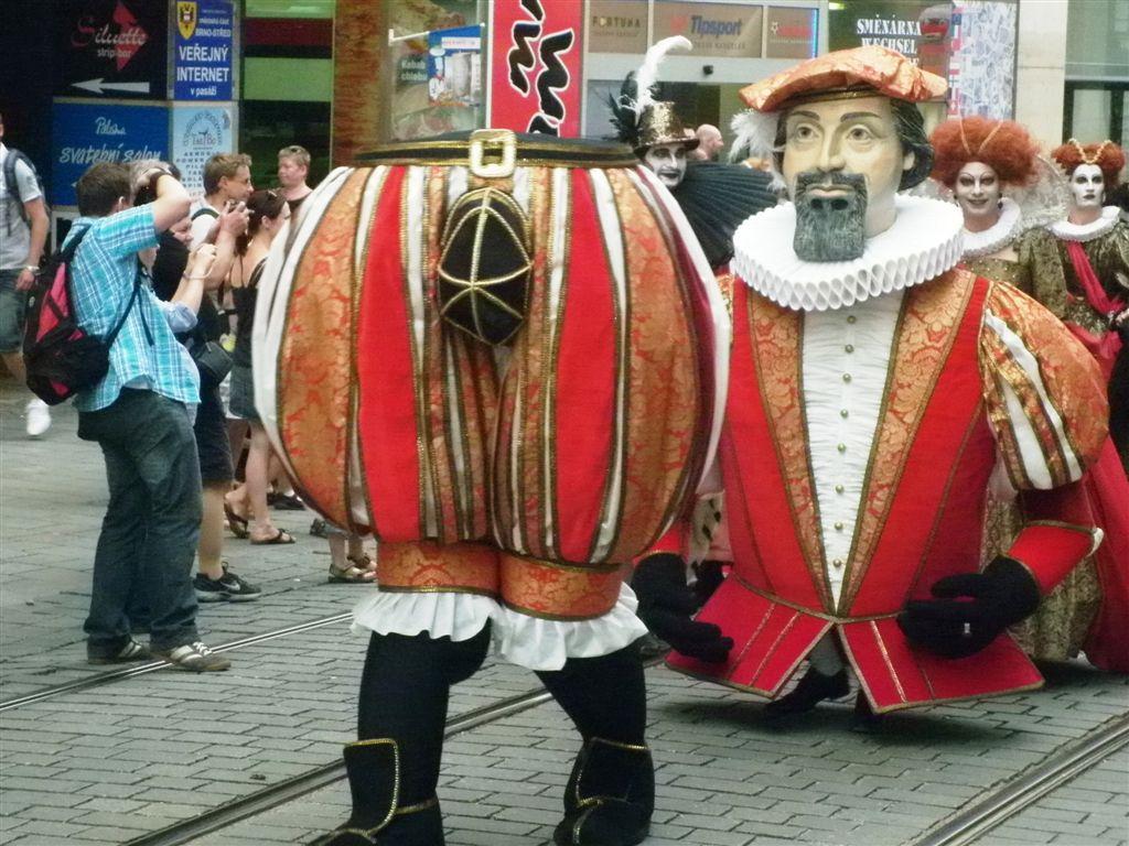 Průvod masek na festivalu Divadelní svět Brno