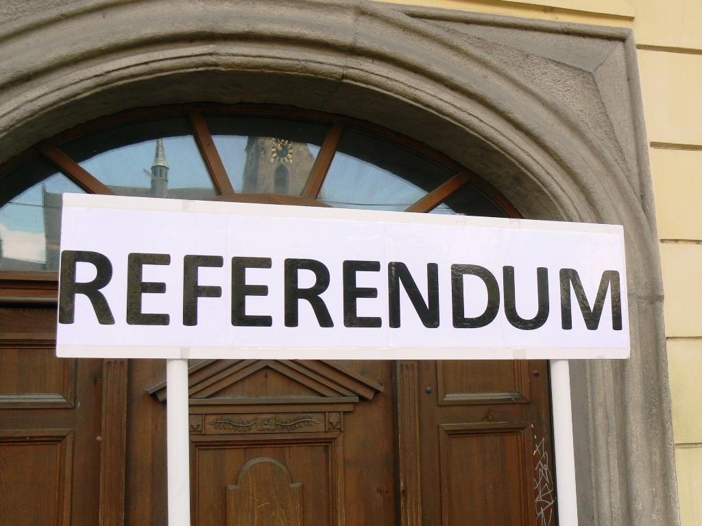 """Všude víří kouzelné slůvko """"referendum"""", neboť hlas lidu je hlas boží"""