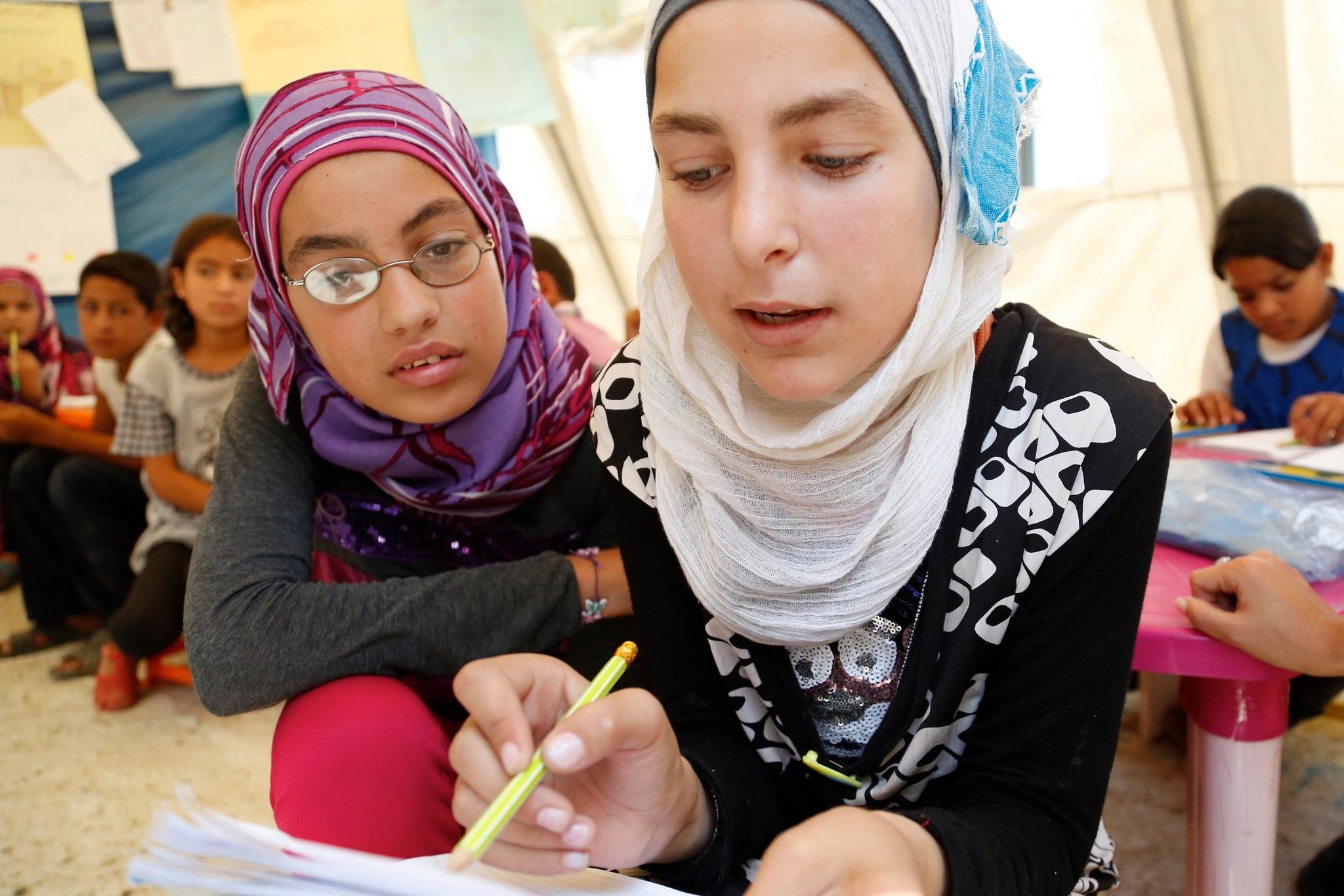 12leté syrské dívky se učí matematiku v uprchlickém táboře UNICEFu na severu Libanonu