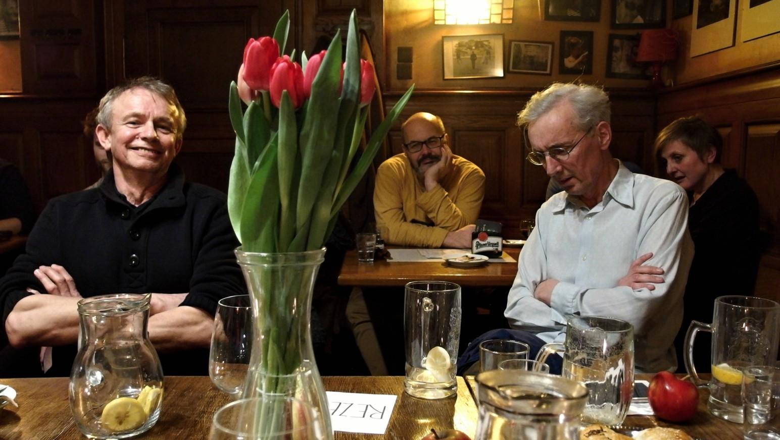 Juraj Nvota (vlevo), Vladimír Morávek (uprostřed vzadu) a J. A. Pitínský při diskusi