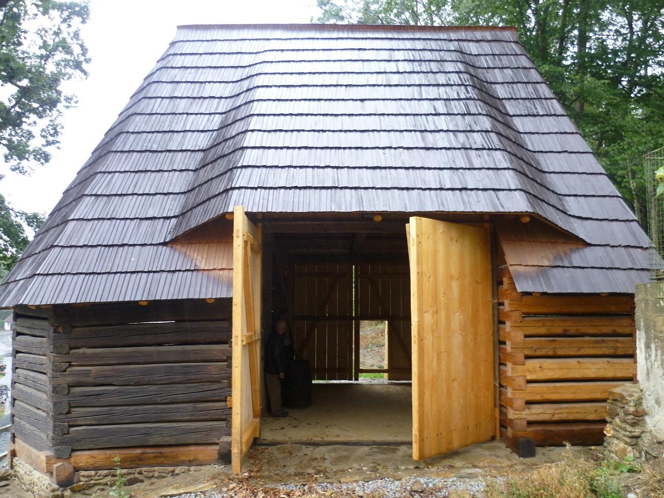 Stodola má novou modřínovou šindelovou střechu