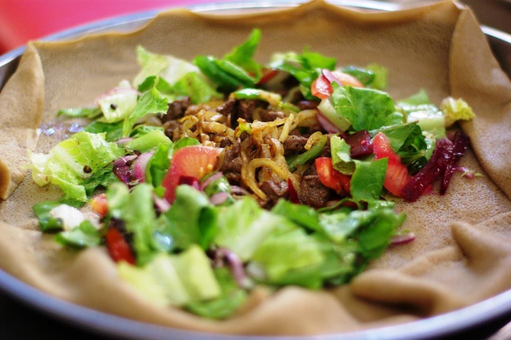 Inžíra s pálivým hovězím a salátem