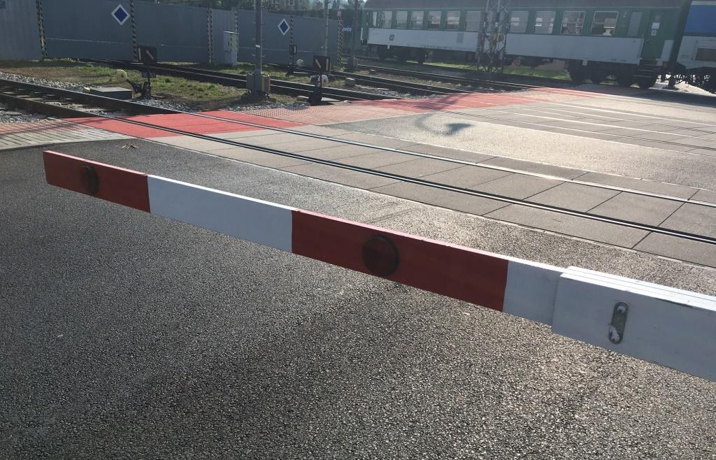 Na moderních přejezdech je závora konstruována tak, aby šla prorazit bez větších potíží, kdyby řidič zůstal uvězněn na přejezdu
