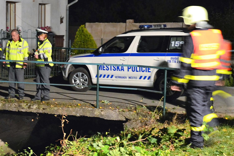 Hasiči, policisté a strážníci z Heřmanova Městce zasahují u dopravní nehody
