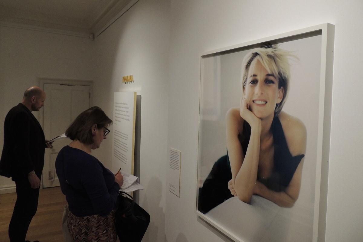 Z plaché princovy snoubenky se Diana stala sebevědomou ženou a módní ikonou