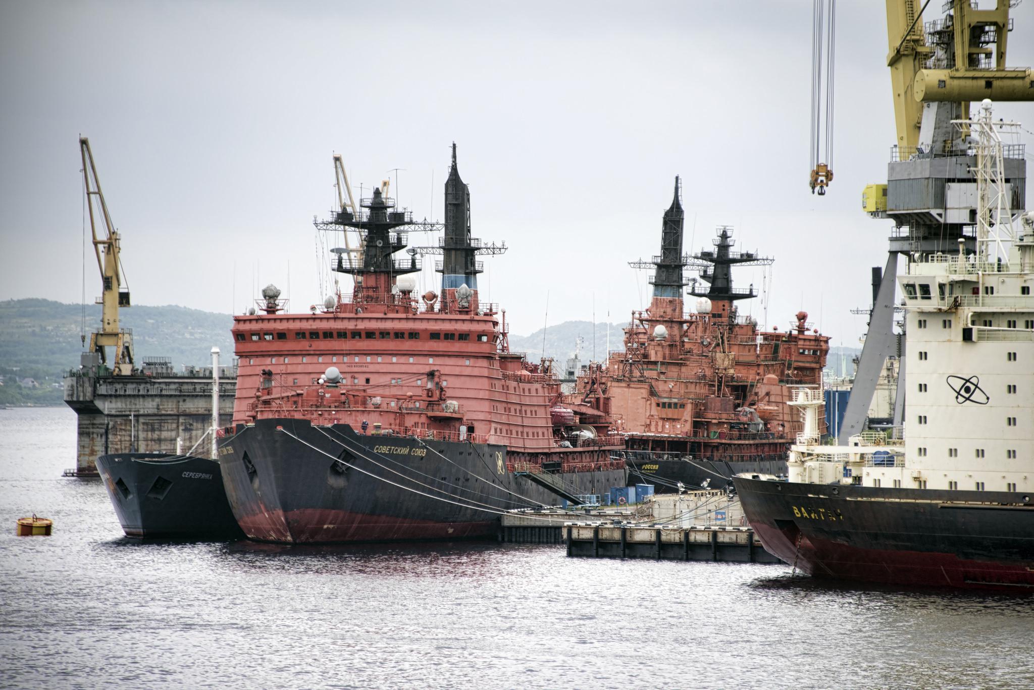 Ruské ledoborce kotvící v Murmansku