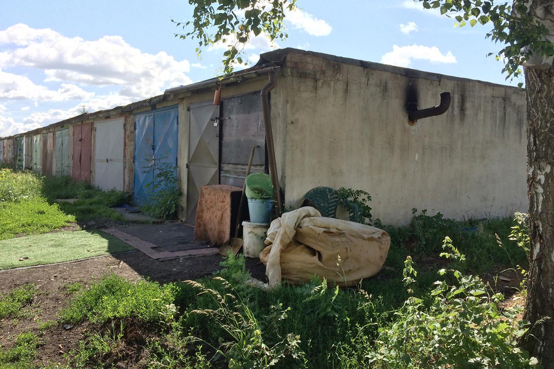 V některých garážích se zabydleli bezdomovci