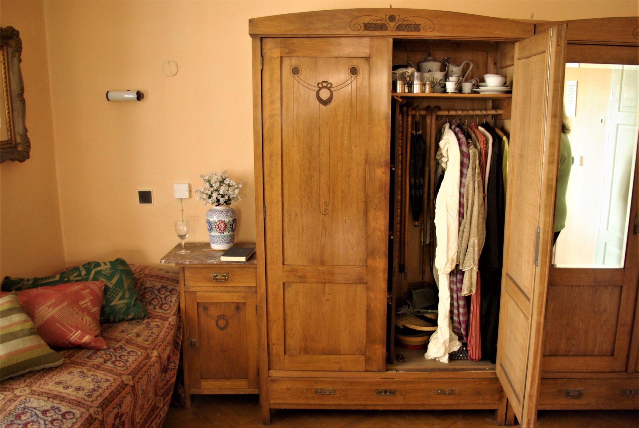 Dobovou atmosféru dokresluje i původní inventář pokojové skříně