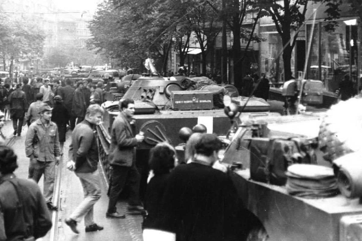 Srpen 1968 před budovou Českého rozhlasu (Vinohradská 12)