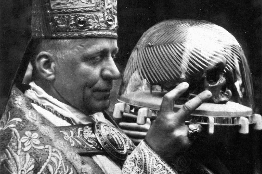 Kardinál Josef Beran s lebkou svatého Vojtěcha. V roce 1947 se-uskutečnila na dlouhou dobu poslední velká církevní slavnost u příležitosti 950. výročí světcova umučení