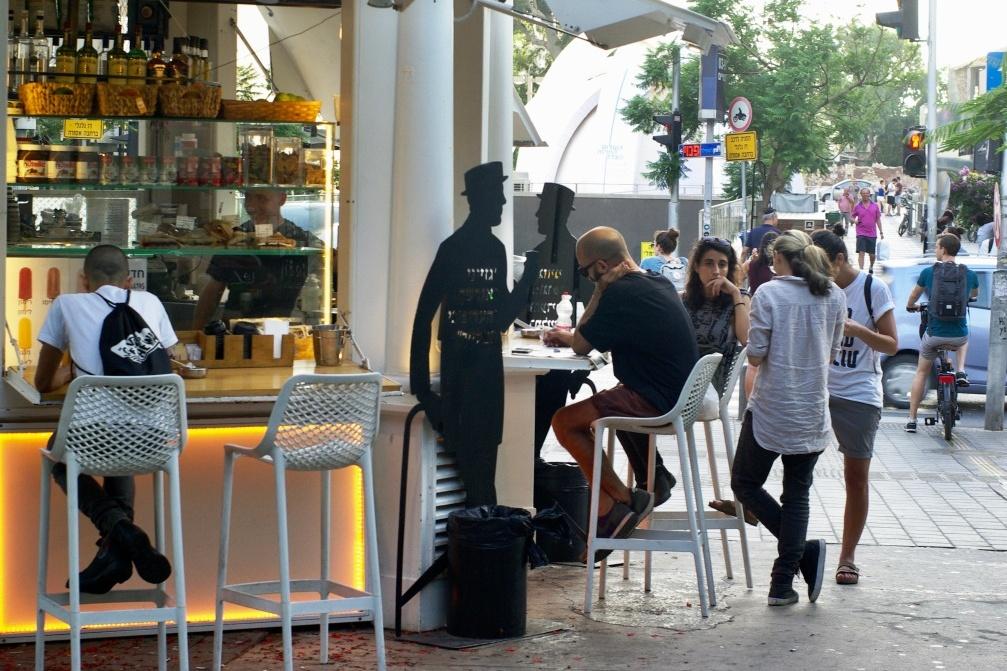 Pouliční kiosky jsou v Tel Avivu oblíbeným místem setkávání