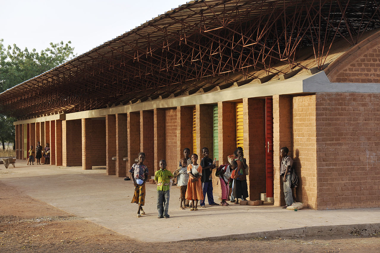 Základní škola v Gando (Burkina Faso). Projekt navrhl architekt Diébédo Francis Kéré