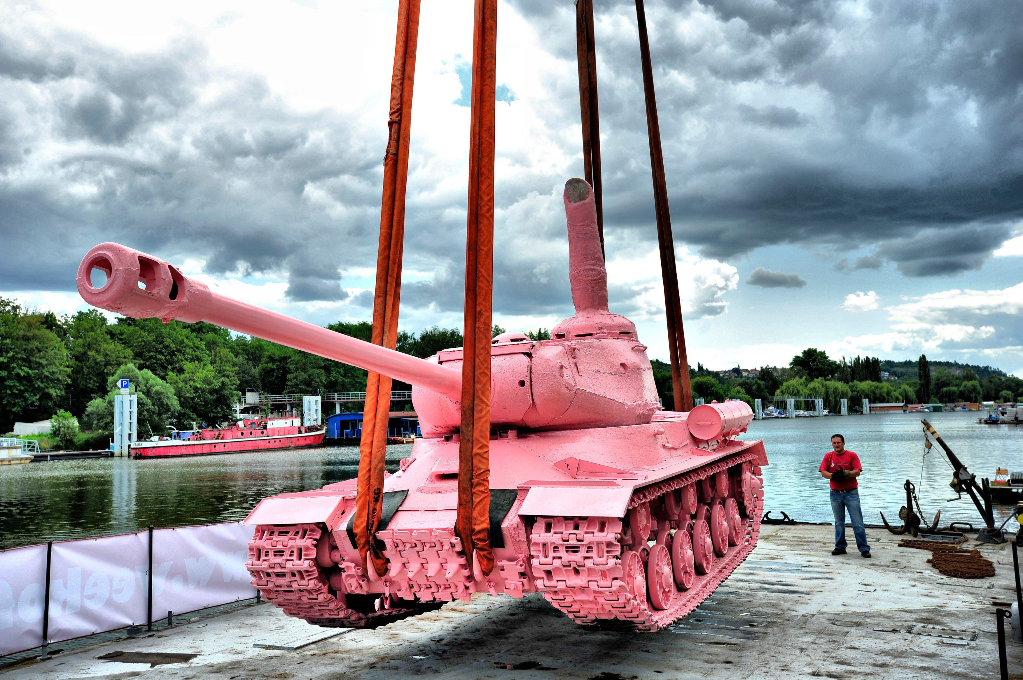 Růžový tank, dílo Davida Černého