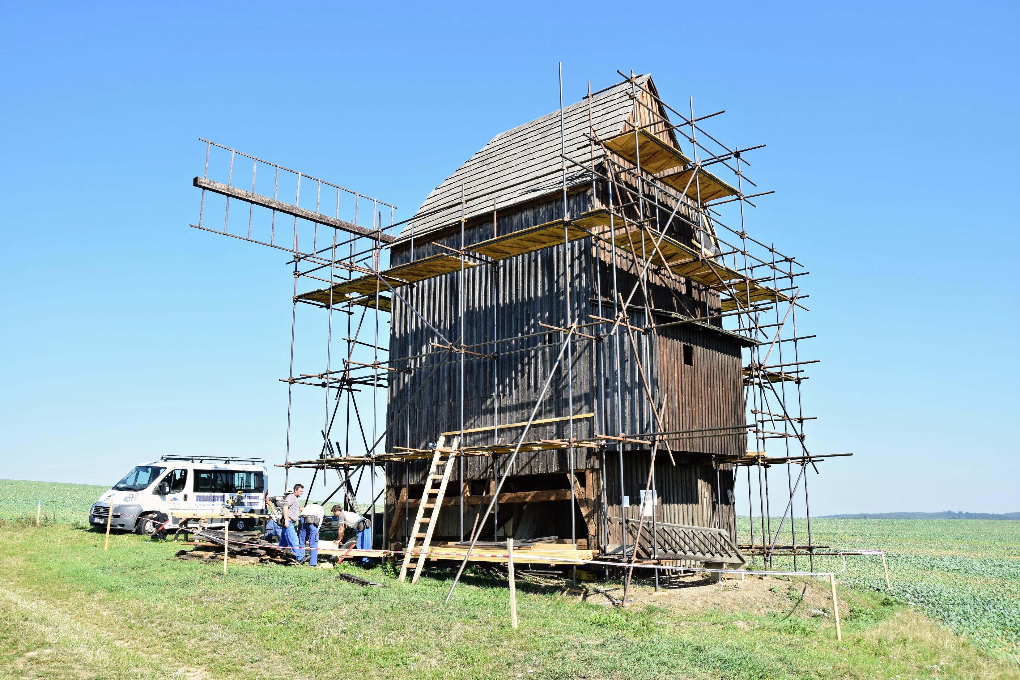 Větrný mlýn v Nových Dvorech u Bílovce obklopuje lešení