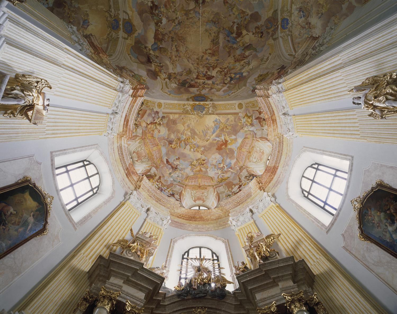 Křtiny – kupole bočního ramene kostela s oltářem sv. Barbory