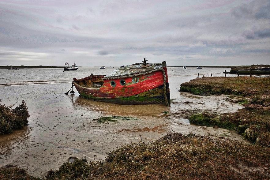 Stará loď u pobřeží