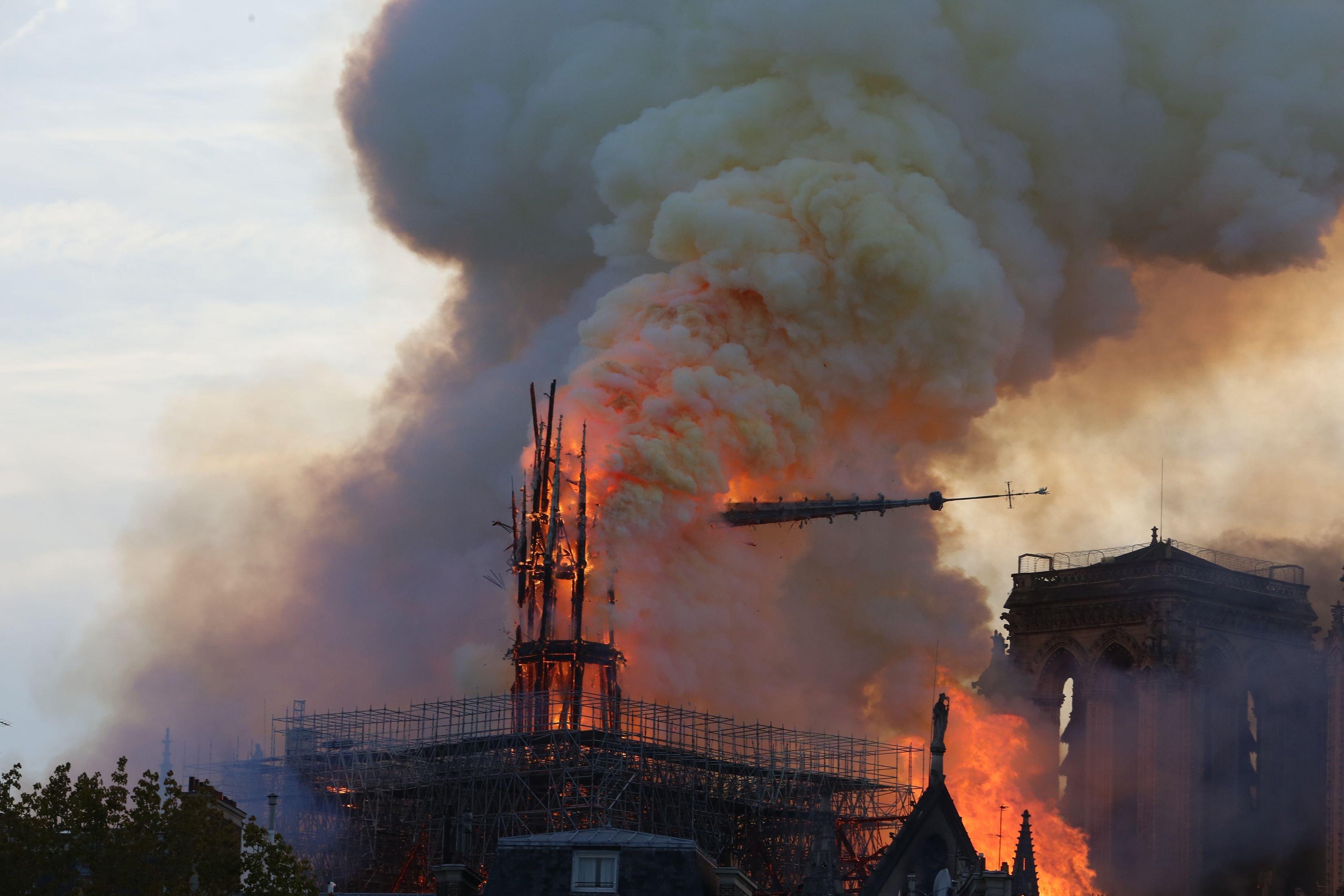 Pařížská katedrála Notre-Dame v plamenech