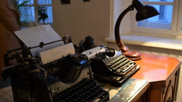 Psací stroj, psací stůl, lampa, interiér, muzeum, Moskva, Rusko, Bulgakov