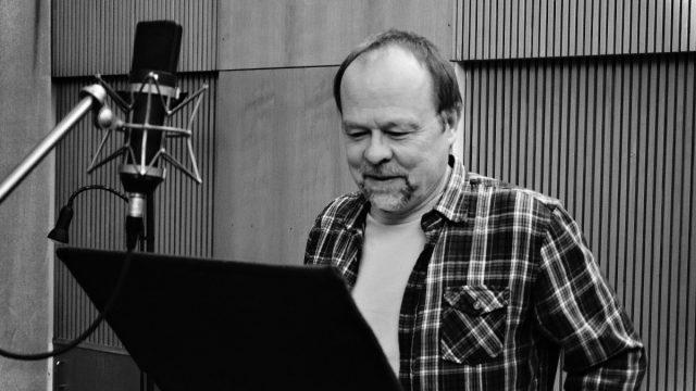 Herec Ivan Řezáč při natáčení minutové hry Soukormý pozemek