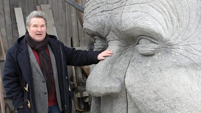 Richard Hašek, vnuk Jaroslava Haška (vlevo) s dílem sochaře Radomíra Dvořáka