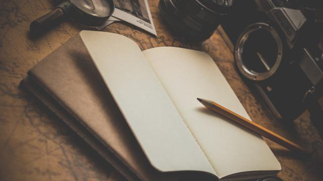 Zápisník, tužka, brýle, lupa, fotoaparát, mapa, retro, zátiší, psací stůl