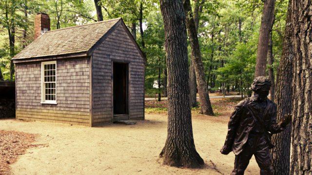 Repluka srubu u rybníka Walden ve kterém žil americký filozof a spisovatel Henry David Thoreau