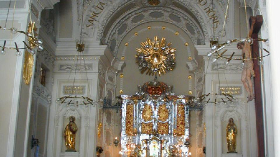 Bazilika - pohled k presbytáři se stříbrným oltářem