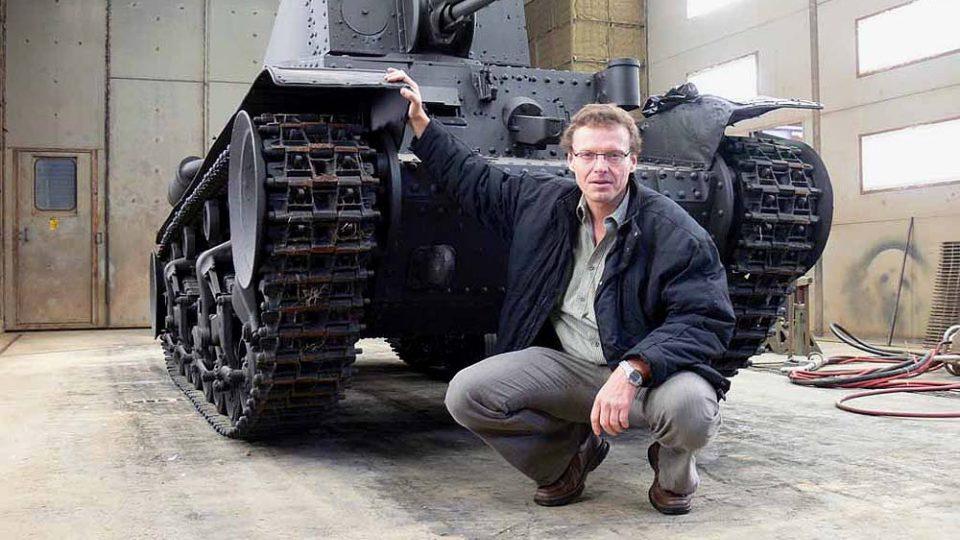 Autor před tankem Škoda LT-35 v dílnách armádního Ordnance  Museum Aberdeen