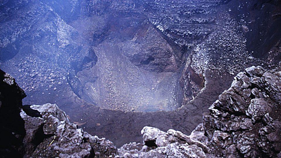 Vulkán Nindirí poblíže Managuy, Nikaragua (Národní park Masaya). Kráter Santiago na vrcholu má jezírko žhavé lávy na dně.