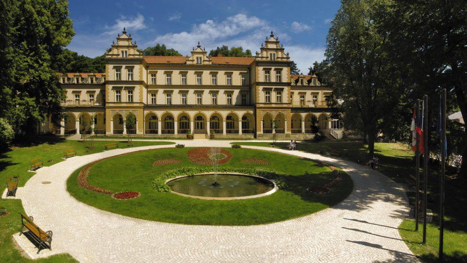 Rehabilitační ústav Brandýs nad Orlicí s kapacitou 110 lůžek má celorepublikovou působnost, jeho historie se datuje už od roku 1898
