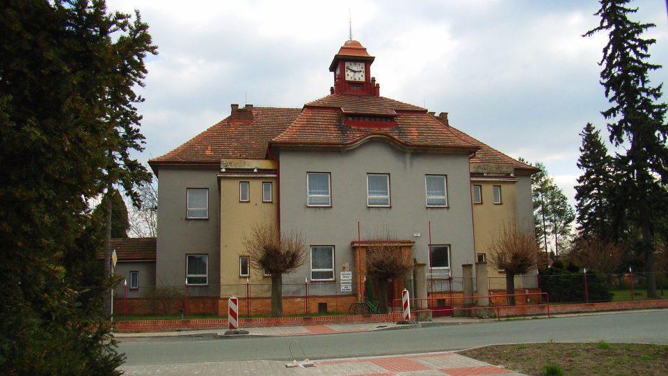 Budova základní školy s věžními hodinami