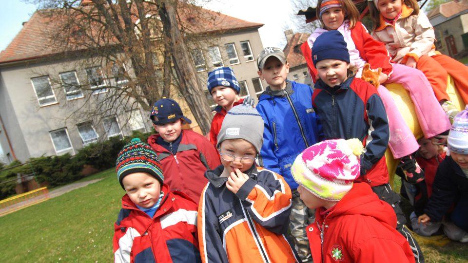 Děti z mateřské školky jsme potkali na zahradě