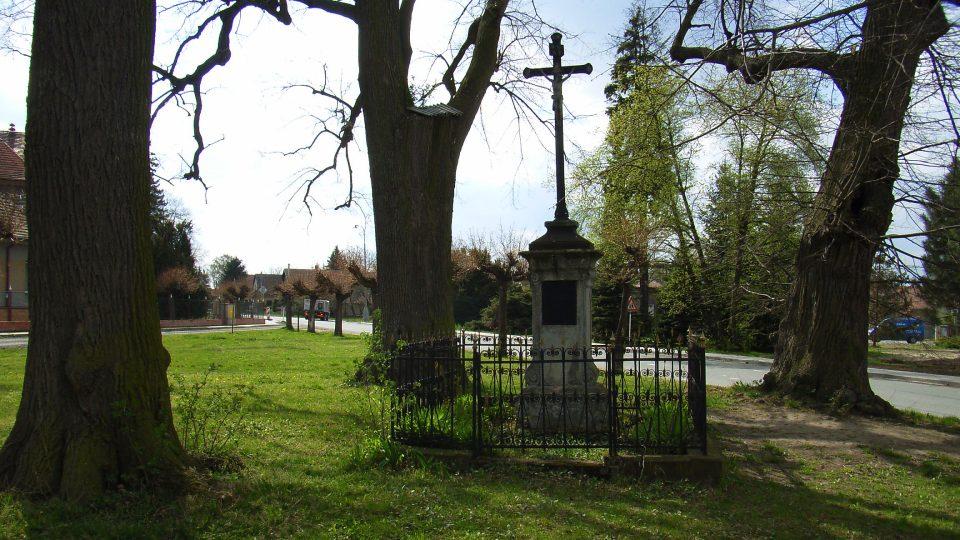 Památeční lípy v centru obce se dostaly v podobě tří listů do obecního znaku