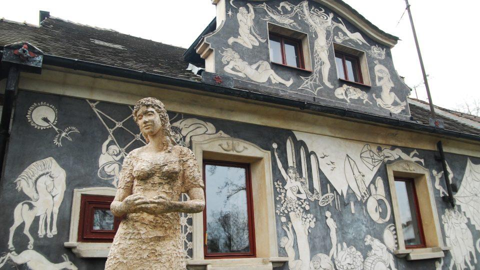 Rodný dům Evy Filemonové vyzdobený sgrafity je nepřehlédnutelný