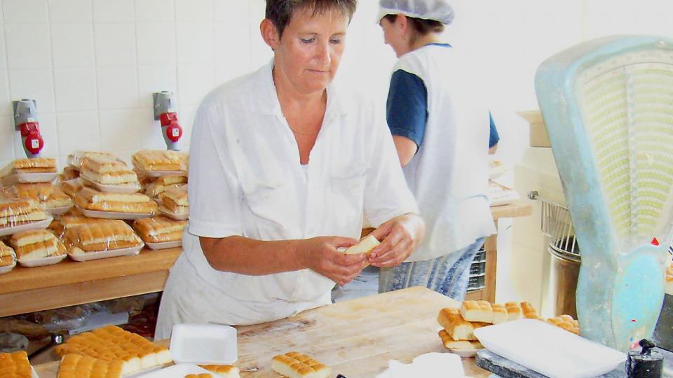 V blatské pekárně právě Milada Slavíková a Iveta Tuzová rovnaly upečené dukátové buchtičky na tácky