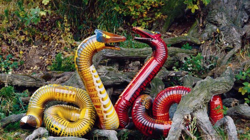 Veronika Richterová: anakonda velká (Eunectes murinus), 1991 / smaltovaný železný plech