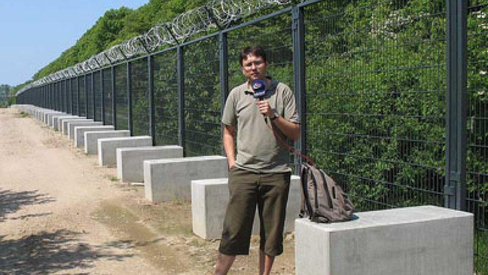 Jiří Hošek u bezpečnostního plotu