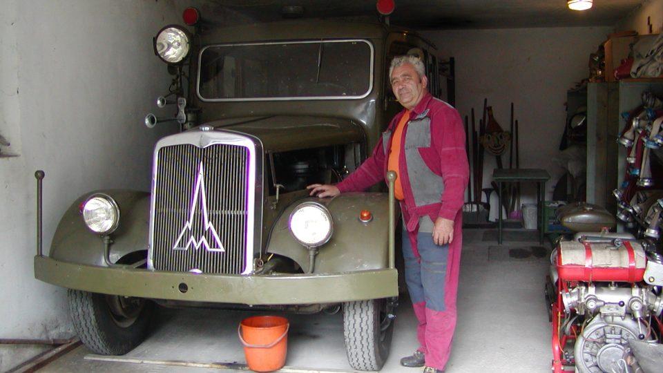 Pýchou hasičů je historický automobil Magyrus u kterého stojí starosta sboru Ladislav Toman