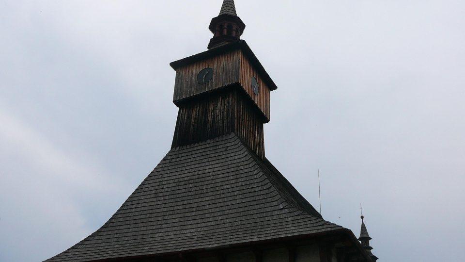 Střecha kostela Nejsvětější trojice s šindelovou střechou