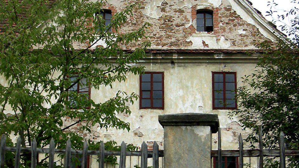 Na místě tvrze ze 14. století byla v 16. století vystavěna renesanční správní budova, v roce 1691 zde byl zřízen panský pivovar. Soukromá budova ale chátrá...