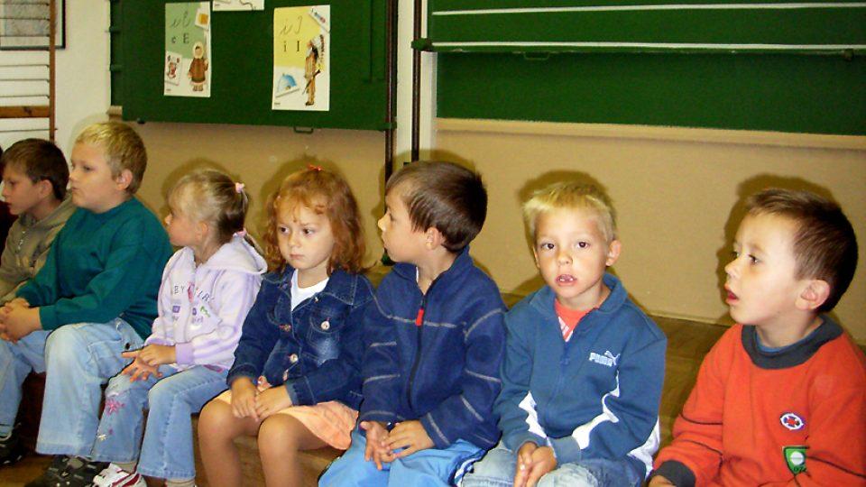Na zahájení školního roku s pohádkou se do semínské školy se přišly podívat také děti z mateřské školky