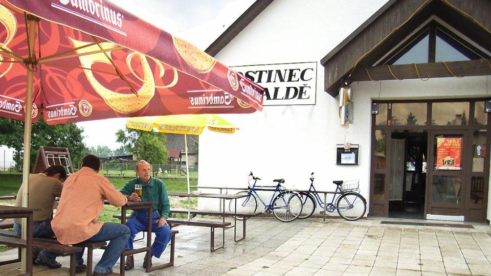 Obecní hostinec Na Haldě v Semíně je využíván pro různé firemní, společesnské a rodinné akce včetně svateb. Jednočlenný štáb rozhlasového Posvícení tam byl na obědě