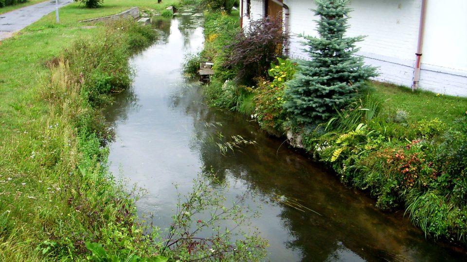 Skoro 33 kilometrů dlouhý Opatovický kanál byl ručně vykopán za Viléma z Pernštejna, dnešní podobu má z roku 1513. Do Labe ústí pod Semínem
